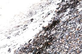 """""""Cascalho, fazia tempo que não se lembrava de seu som. Pedras paridas da água que se amontoavam debaixo de seus sapatos e desvirtuavam o seu andar. Pedras à beira de alguma infância remota..."""""""