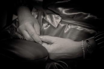 """""""Sinto a solidão na inteireza do corpo. Nas mãos o desamparo lê-se evidente."""""""