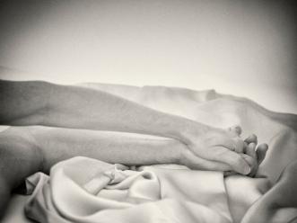 """""""Tens duas mãos para pousar onde preciso. Uma boca da qual espero o indizível. Narinas que me respiram. Apertas-me contra ti. Sinto-te. Dentro."""""""