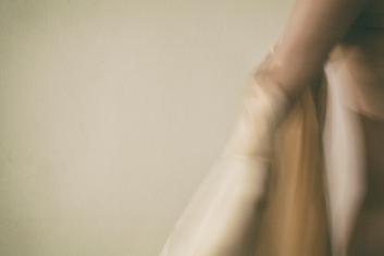 """""""É nos abraços de luz que a coragem comanda os membros que se submetem a ir no anseio de ficar."""""""