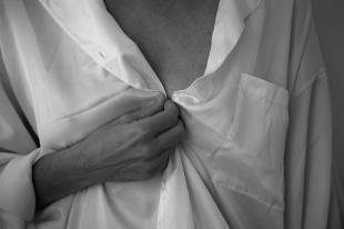 """""""Presa ao teu olhar pressinto o encaixe perfeito em meu corpo, tua boca procurando a minha, trazendo ao meu desejo o esperado sabor de tua saliva e permito que me vasculhes até o teu prazer encontrar o meu para ambos desabarmos aliviados, deglutindo em silêncio o esperado final desse encontro."""""""