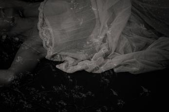 """""""Adormecia, sempre, na esperança de que ao acordar o mundo aguardasse para ser tocado pela primeira vez. O estado mais puro de tudo. A perceção da inocência da espera que não sabe o que esperar. Respostas isentas de ensaios libertadas pelo que se fez sentir. Talvez, o único momento em que a verdade não saberia ser mentira...Adormecia a procurar no sonho a certeza da vida. A fuga de uma existência confundida na dos outros. E os outros confundidos no que são, retalhados pelo que querem ser, denunciam-se nas palavras privadas dos gestos que as fazem valer. Será que é por sermos tantos num só que vivemos impossibilitados de conhecer o nosso rosto? Aguentaríamos ver quem pensamos ocultar? Adormecia sem saber quem encontraria pela manhã. Sem saber qual a memória que lhe iria reger a mente ou quantas batidas lhe permitiria o coração. A imprevisibilidade que desperta o instinto e redescobre as emoções, transformando-nos em seres impossíveis de controlar. A surpresa de irmos onde nunca sequer deixámos encaminhar-se o pensamento. A compreensão do que sempre foi arrevesado. Vazio que aumenta assim que se consegue completar. Adormecia... Sossego da alma na calma do corpo..."""""""