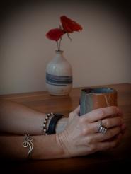 """""""Hoje convidei-te para tomar um café, ou um chocolate quente, algo que nos aqueça o olhar ou nos aqueça por dentro e é um bom começo. Ha-de haver sempre um bom começo e sempre dá para te olhar mais de perto e quando te olho mais de perto apaixono-me mais. Quando te olho mais de perto por apenas aqueles segundos em que bebes o café, sou feliz para sempre, juro, se tu soubesses que te pago o café para me apaixonar todos os dias por ti, ficavas ali de chávena na mão a vida inteira. E eu apaixonava-me, sempre, vestia-me de ti, todas as vezes. Sim porque estar apaixonado é estar vestido de alguém. E nunca se está mal vestido quando se está apaixonado."""""""