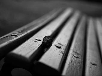 Os dias escoam, frouxos, enquanto espero por ti. Os dias ecoam, frouxos, enquanto espero por ti.